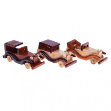 Маленький деревянный автомобиль